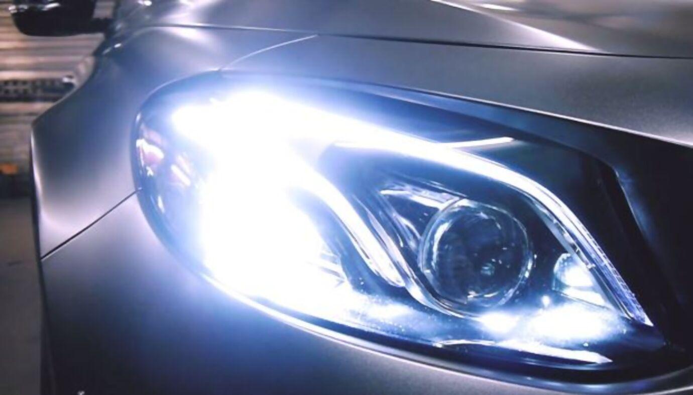 Scheinwerfer eines folierten Autos