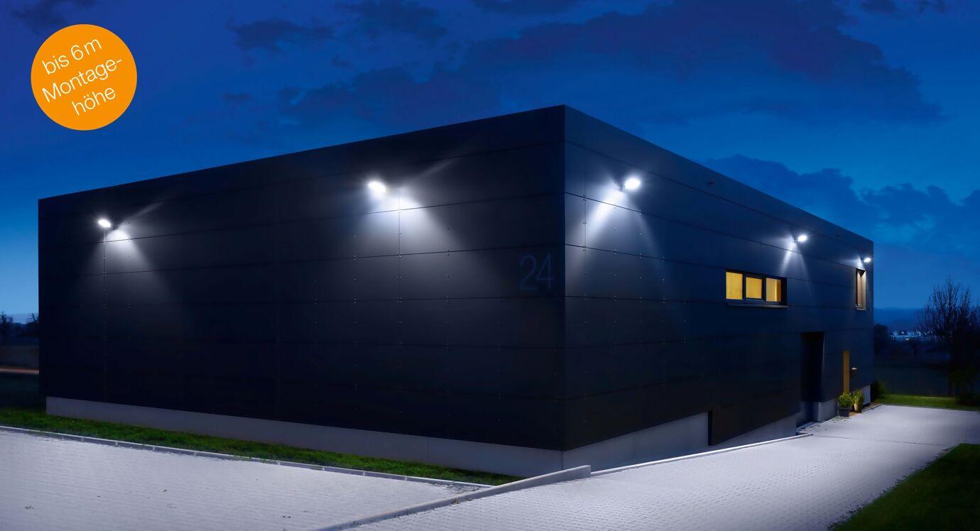 Strahler leuchten eine Hallenzufahrt rechteckig und quadratisch aus