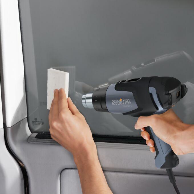 Anwendung eines Pistolengerätes beim Aufbringen einer Sichtschutzfolie am Fenster