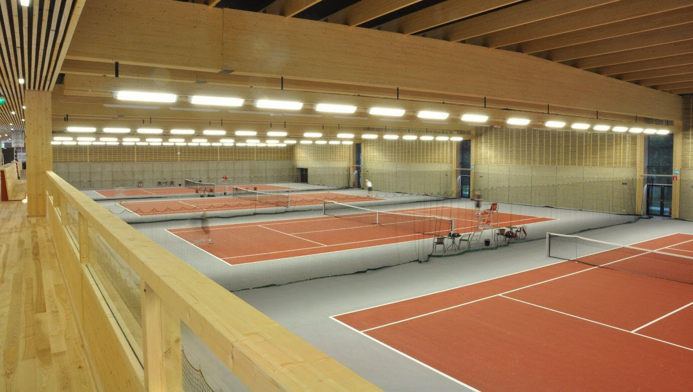 Arena von innen. Tennisplätze