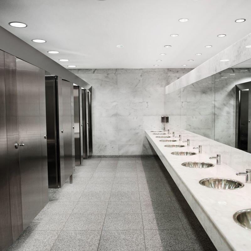 Öffentliche Toilettenanlage im Flughafen