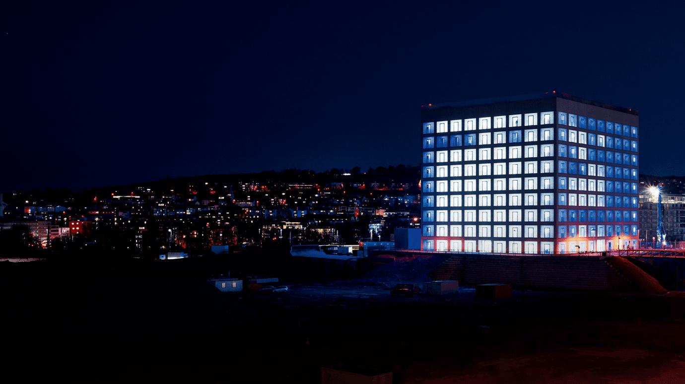 Beleuchtete Stadtbibliothek in Stuttgart
