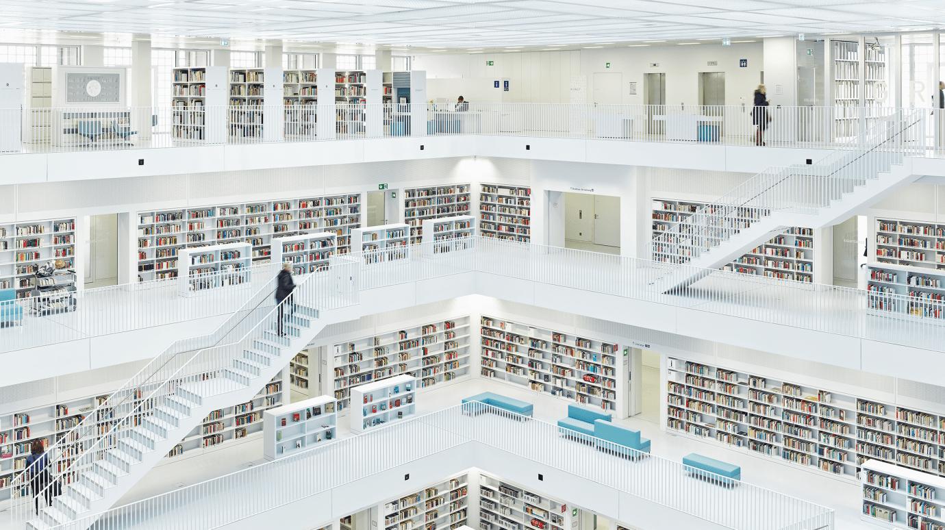 Stadtbibliothek Stuttgart von innen mit mehreren Stockwerken