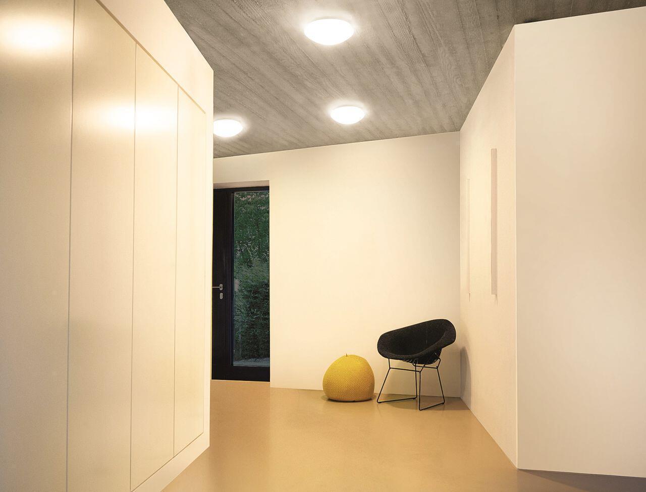 Innenleuchten in einem Flur mit Design-Möbeln