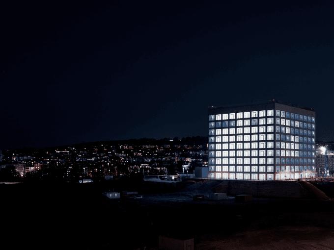 Beleuchtetes hohes Gebäude bei Nacht
