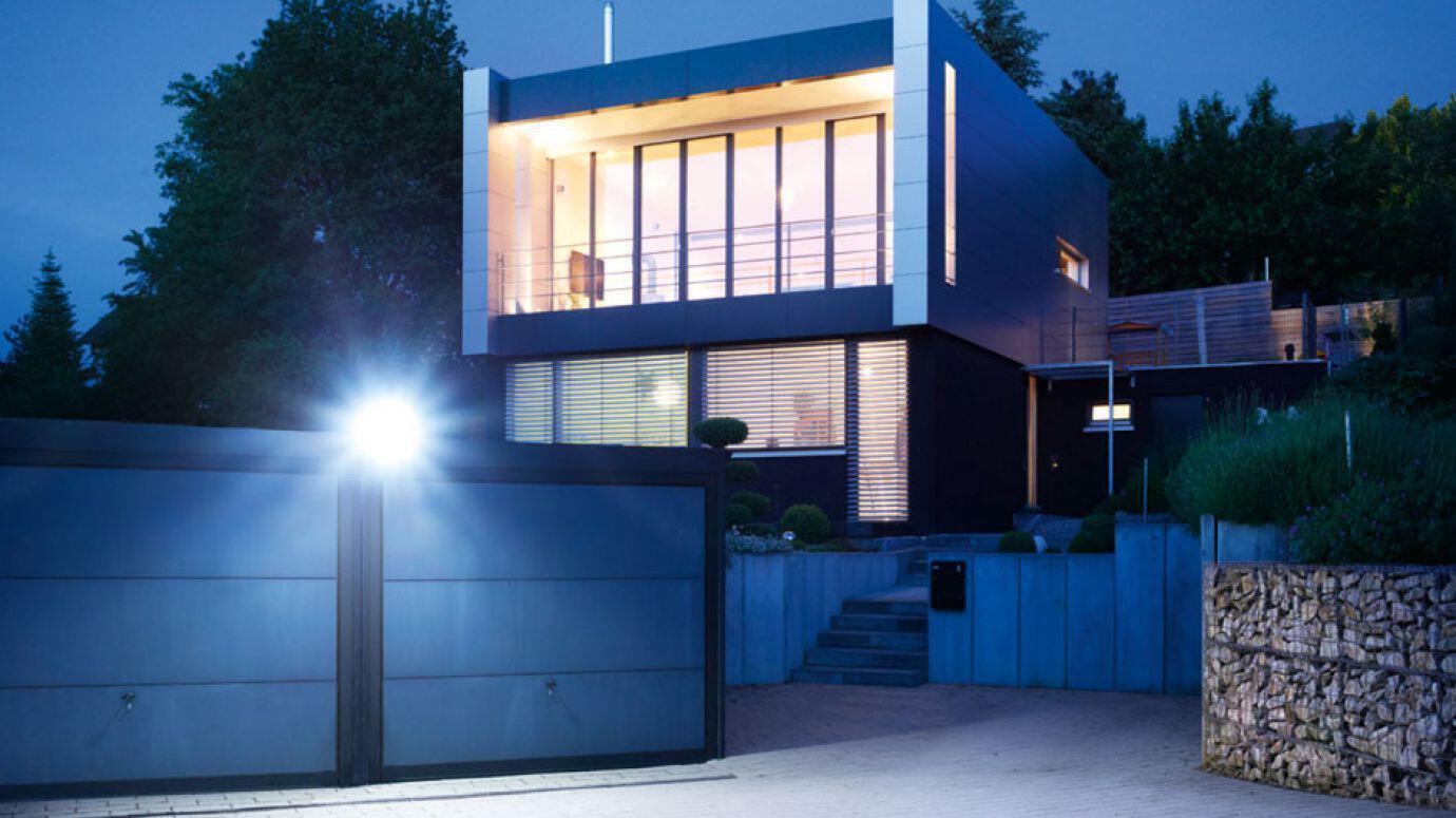 Strahler XLED home 2 beleuchtet eine Garageneinfahrt