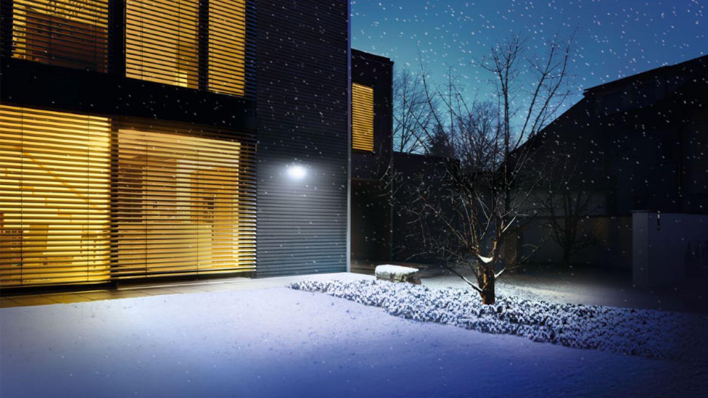 Solarleuchte Xsolar GL-S beleuchtet einen mit Schnee bedeckten Garten