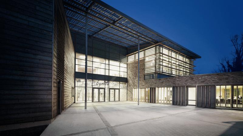Beleuchtetes Schulgebäude bei Nacht
