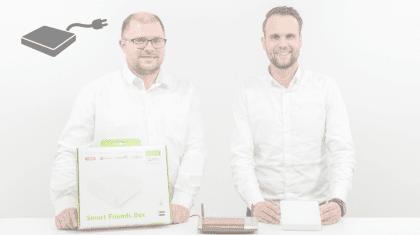2 Männer mit der Smart Friends Box und dem Produkt in der Hand