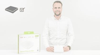 Mann mit Produkt und Smart Friends Box in der Hand