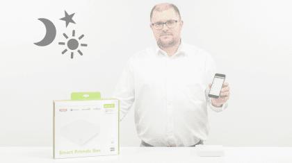 Mann zeigt App auf dem Handy zum Integrieren des Grundlichts