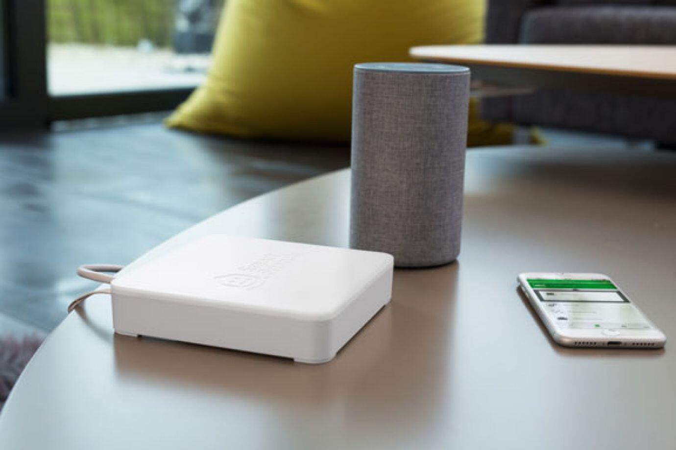 Smart Friends Box mit Alexa und Handy von der Seite
