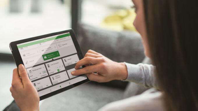 rau bedient Smart Home System via App auf einem Tablet
