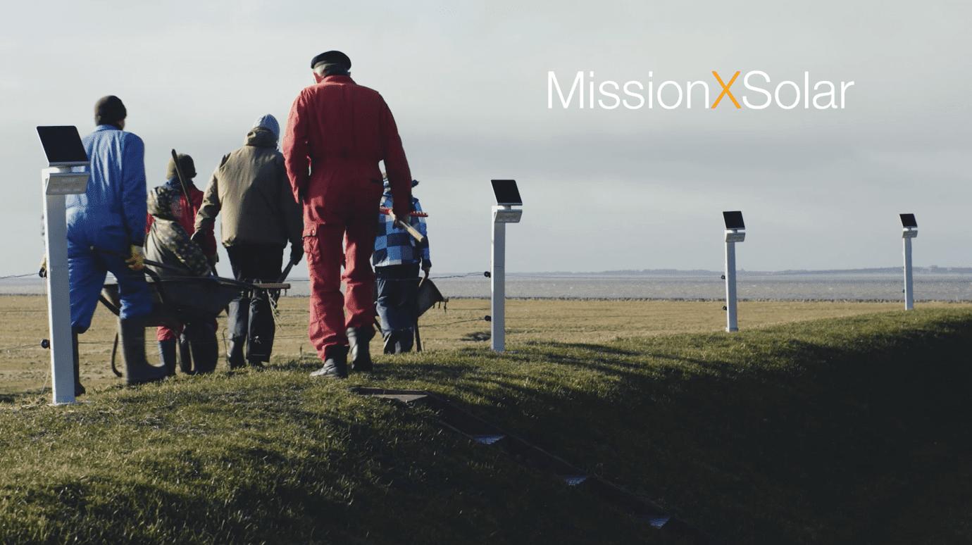 Arbeiter auf dem Feld mit XSolar Strahlern auf dem Weg