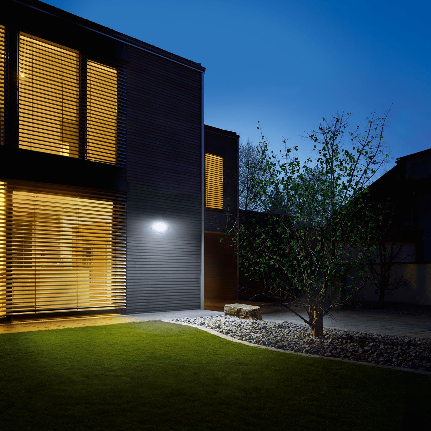 Solarbeleuchtung im Sommer am Haus