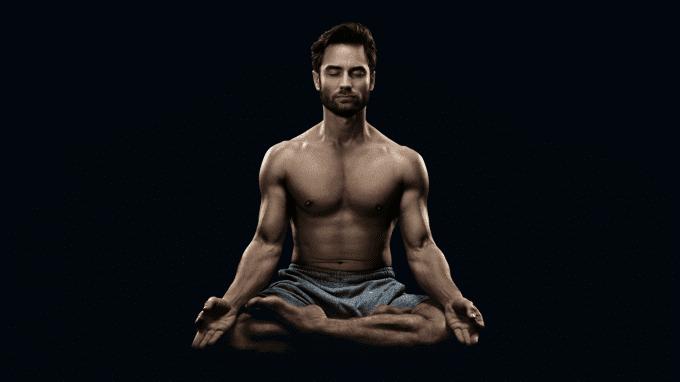 Mann meditiert halbnackt