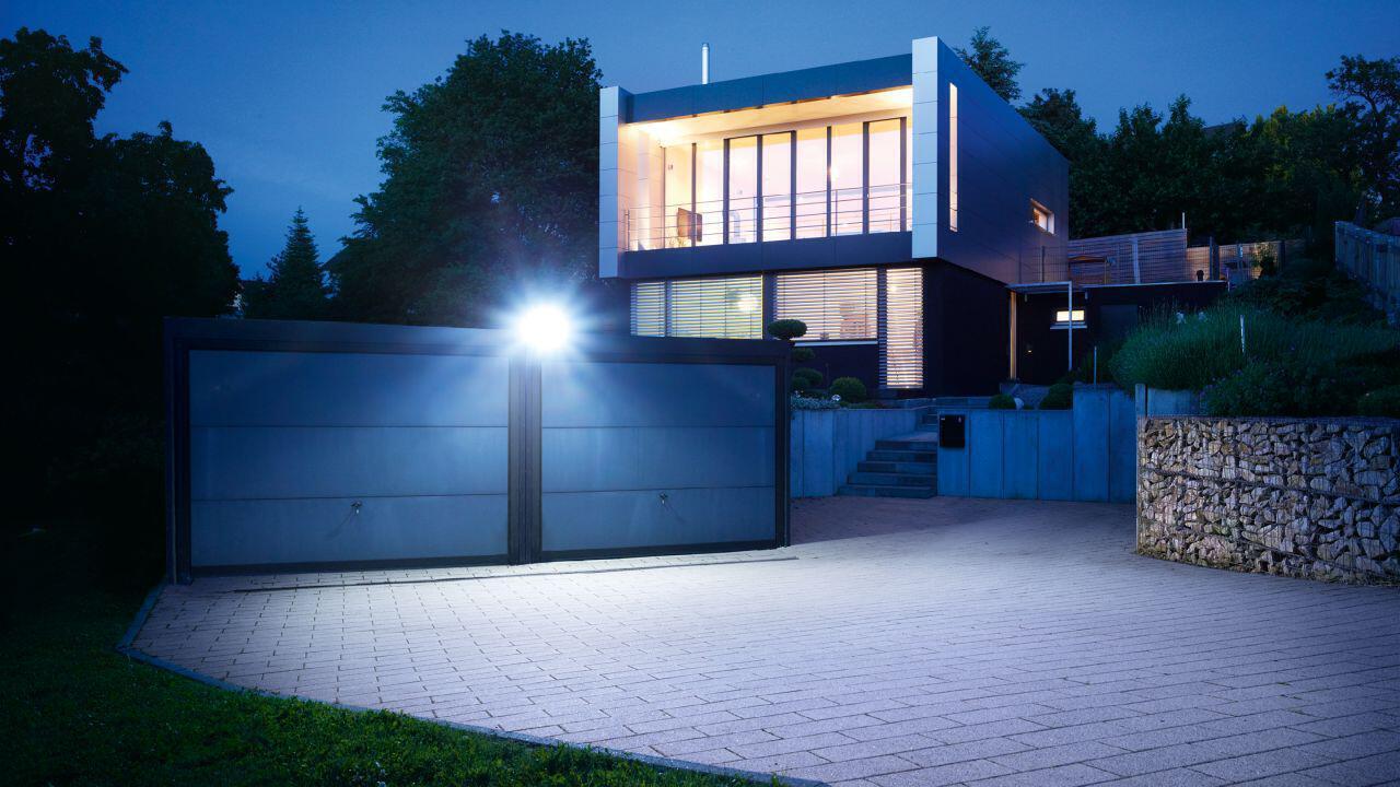 Hauseinfahrt im dunkeln beleuchtet vom XLed home 2 Strahler